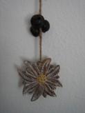 Dekohänger mit Holz-Edelweiß, Glöckchen und Kieferzapfen